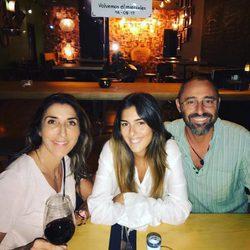 Paz Padilla con su hija Anna Ferrer y su exmarido Albert Ferrer en su bar