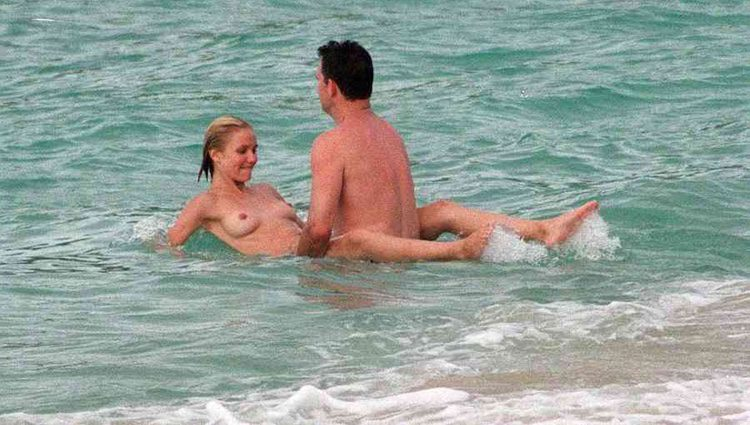 Cameron Diaz manteniendo relaciones sexuales en una playa con un hombre