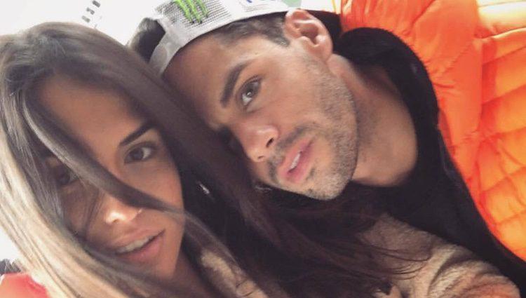 Sofía Suescun junto al piloto de motocross Xavi España