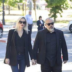 Carolina Bang y Álex de la Iglesia en el tanatorio de Terele Pávez en Madrid
