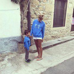 Alba Carrillo con su hijo Lucas disfrutando de su pueblo