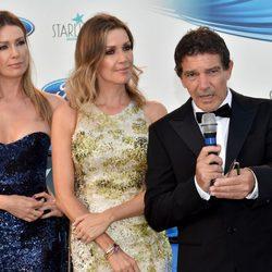 Antonio Banderas, Nicole Kimpel y Barbara Kimpel en la Gala Starlite 2017 en Marbella