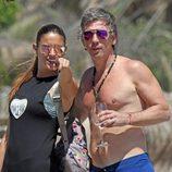 Irene Meritxell señala a Alejandro Gravier dónde están los paparazzi durante sus vacaciones en Marbella