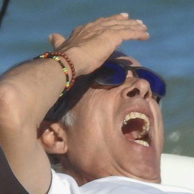 Imanol Arias bostezando en una playa de Marbella
