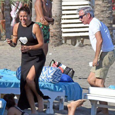 Imanol Arias e Irene Meritxell, muy felices en las playas de Marbella