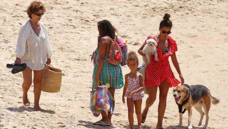 Mónica Cruz con su madre y su hija Antonella en las playas de Cádiz