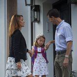 Federico y Marie de Dinamarca convenciendo a su hija Athena para ir al colegio en su primer día