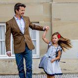 Josefina de Dinamarca, muy feliz con su padre, Federico de Dinamarca, en su primer día de colegio