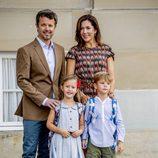 Federico y Mary de Dinamarca acompañan a sus hijos Vicente y Josefina en su primer día de colegio