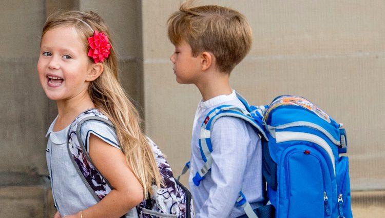 Josefina de Dinamarca, muy contenta en su primer día de colegio frente a la tristeza de Vicente de Dinamarca