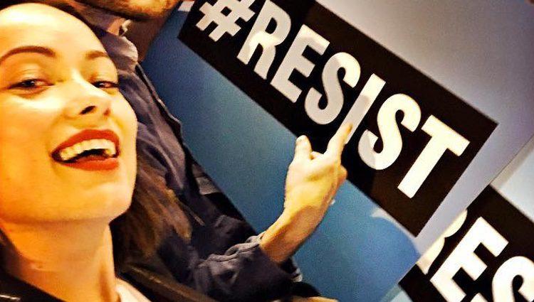 Olivia Wilde protestando en la Torre Trump contra el Presidente de Estados Unidos