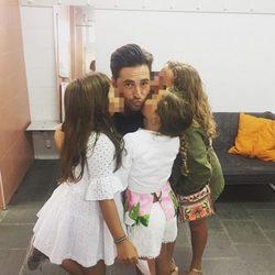 David Bustamante acompañado por su hija y sus sobrinas en su último concierto