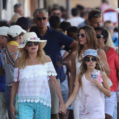 Tita Cervera con una de sus hijas en Saint-Tropez