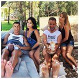 Ángel Llàcer imitando a Cristiano Ronaldo con uno de sus hijos
