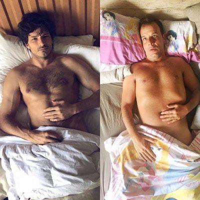 Ángel Llàcer imitando a Andrés Velencoso en la cama