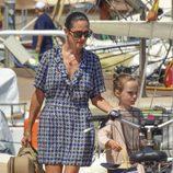 Jennifer Connelly paseando junto a su hija en Formentera