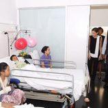 Los Reyes Felipe y Letizia visitan a una familia herida en el atentado de Barcelona