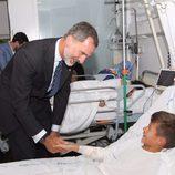 El Rey Felipe saluda a un niño herido en el atentado de Barcelona