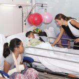 La Reina Letizia con un niño ingresado tras el atentado de Barcelona