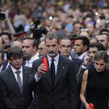 Los Reyes Felipe y Letizia colocan velas en el lugar del atentado de Barcelona
