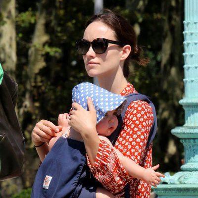 Olivia Wilde lleva a su hija Daisy en un portabebés