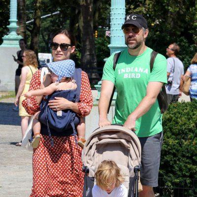 Olivia Wilde y su marido Jason Sudeikis con sus hijos