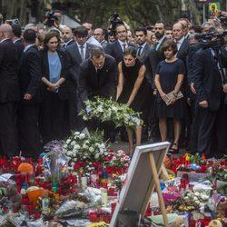 Los Reyes Felipe y Letizia colocan una corona de flores en el lugar del atentado de Barcelona