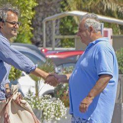 Narcís Rebollo se saluda con Fernando Martínez de Irujo en Ibiza