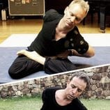 Ángel Llàcer imitando a Sting haciendo yoga
