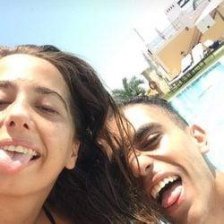Andrea Janeiro en la piscina con Isma en Benidorm