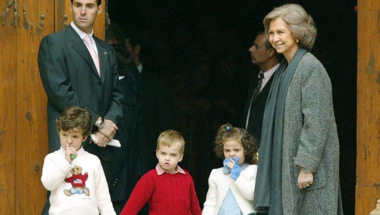 La Reina Sofía con Froilán, Pablo Urdangarin y Victoria de Marichalar con un calcetín