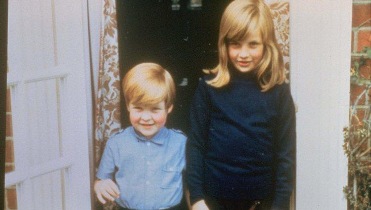 Lady Di con su hermano Charles Spencer cuando eran pequeños