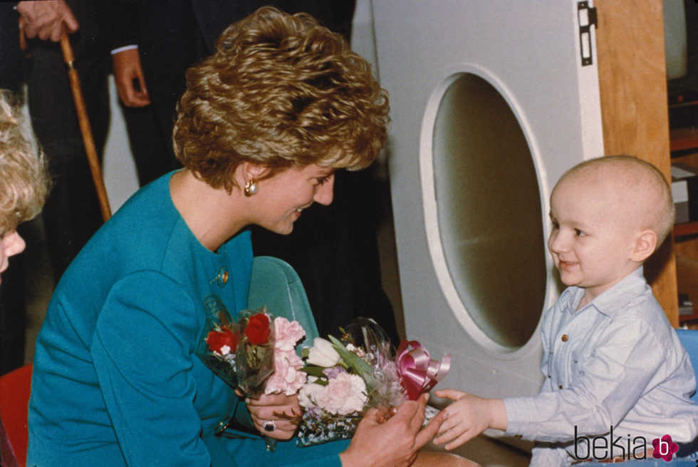Lady Di con un niño enfermo en una visita a un hospital