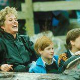 Lady Di con sus hijos Guillermo y Harry en un parque de atracciones