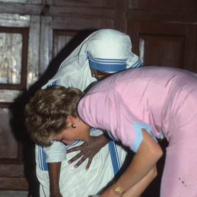 Lady Di con unas enfermas en La India