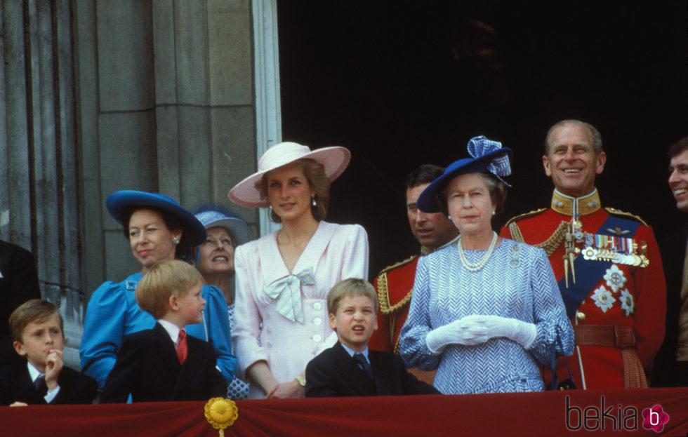 La Reina Isabel, el Duque de Edimburgo, Lady Di, el Príncipe Guillermo, el Príncipe Harry y la Princesa Margarita