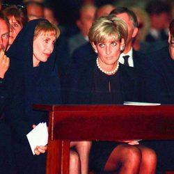 Lady Di con Sting y Elton John en el funeral de Versace poco antes de su muerte