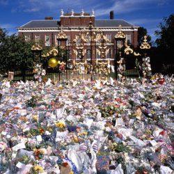 Flores, velas y mensajes en la puerta de Kensington Palace tras la muerte de Lady Di