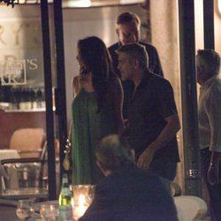 George Clooney y Amal Alamuddin saliendo de un restaurante en Cernobbio