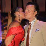 Glorai Camila dando un beso a su padre José Ortega Cano durante la semana cultura en honor a Rocío Jurado