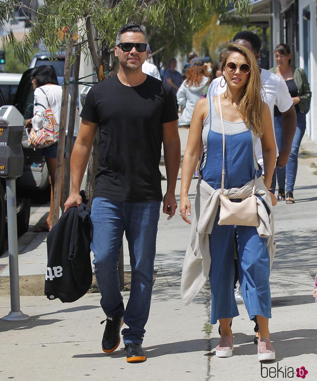 Jessica Alba luce embarazo con Cash Warren de paseo
