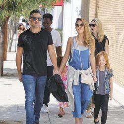 Jessica Alba pasea de la mano de Cash Warren y con su hija Haven