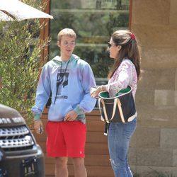 Justin Bieber paseando con Maria Shriver, exmujer de Arnold Schwarzenegger