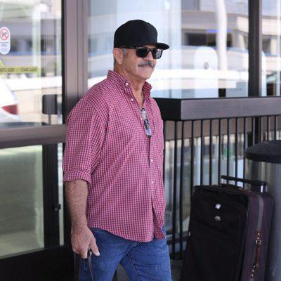 Mel Gibson luciendo bigote a su llegada a Los Angeles