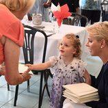 La Princesa Gabriella repartiendo sobres en la Fundación Hector Otto