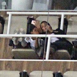 Cristiano Ronaldo Junio y Georgina Rodríguez se hacen una selfie durante un partido