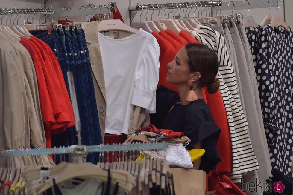 Paula Echevarría de compras en un centro comercial