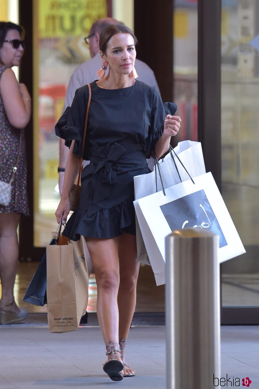 Paula Echevarría saliendo de un centro comercial