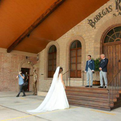 Alberto Garzón y su pareja Anna Ruiz se encuentran a las puertas de la bodega en la que tendría lugar la boda