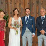 Alberto Garzón y su padre y su mujer Anna Ruiz y su madre antes de la boda en Ceniceros